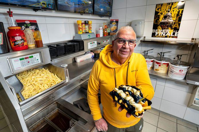 Eigenaar Gerrit-Jan Beumer van Snackbar 't Beumertje in Arnhem heeft het Vitesse-frietje bedacht.