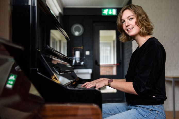 Merel Bakhuizen is de drijvende kracht achter 'Muziek voor je brein': muziekles in groepsvorm voor volwassenen. ,,In een groep voelen volwassenen zich zekerder en vrijer en durven ze meer. Ze helpen elkaar ook en maken echt sámen muziek.''
