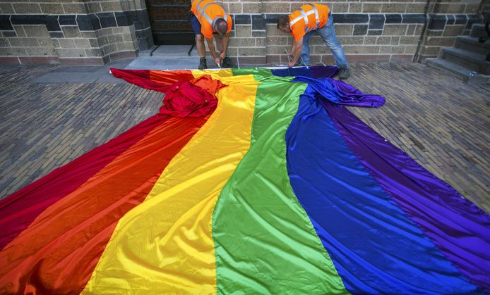 2015: Aan de Sint Stevenskerk wordt een 25 meter lange regenboogvlag opgehangen op de tweede dag van de Vierdaagse.