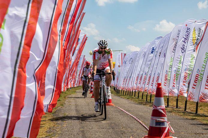 De leden van Team Westland fietsten vorig jaar niet in Frankrijk, maar een rondje door de eigen streek, met de finish op de Bloedberg in de duinen van Monster.