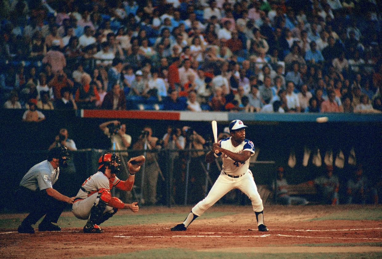 Henry Louis Aaron staat op het punt om zijn 713de homerun te slaan, 19 september 1973. Beeld AP
