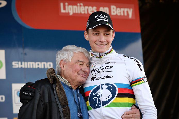 Januari 2016: Poulidor innig op het podium met zijn kleinzoon Mathieu van der Poel na een Wereldbekerkoers in het Franse Lignieres-en-Berry.