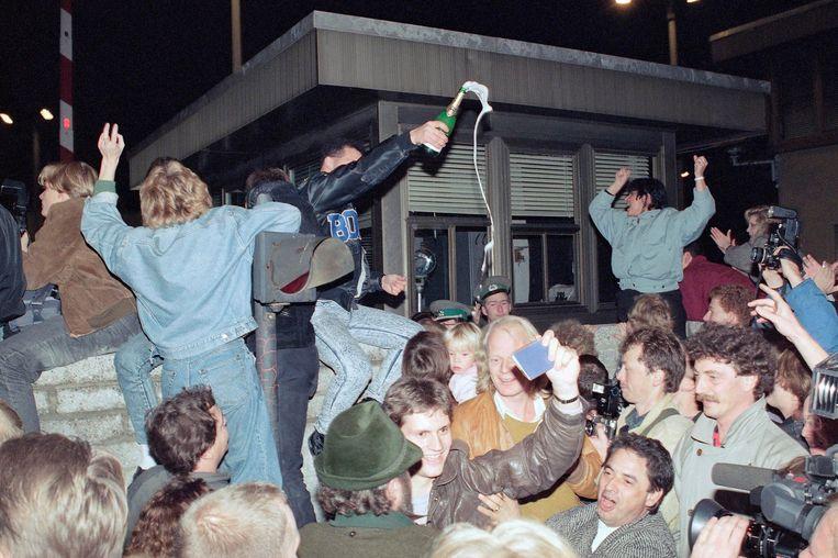 November 1989: Oost- en West-Berlijners vieren de val van de Berlijnse muur.  Beeld AP