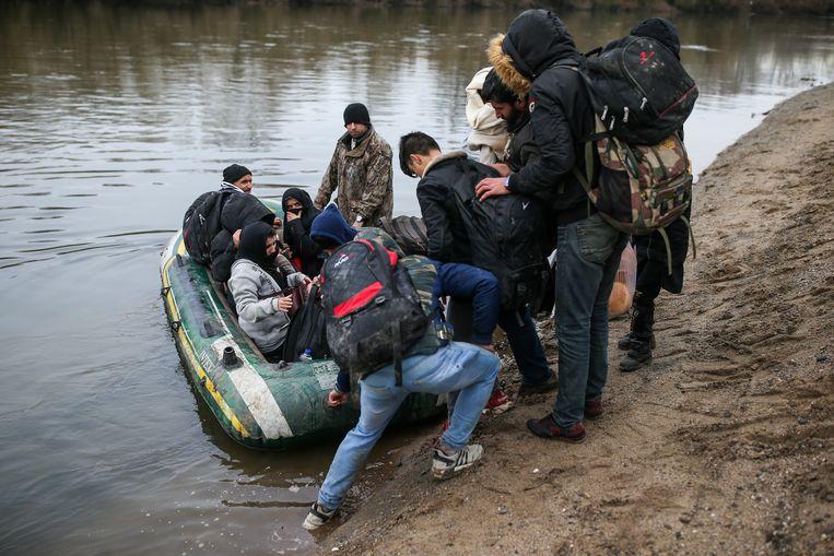 Migranten bereiden hun vlucht naar Griekenland voor over de rivier Maritsa, vlakbij de Pazarkule-grens in Edirne, Turkije. Beeld AP