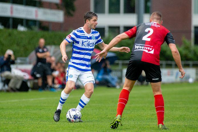 De Graafschap-aanvaller Mees Kaandorp (links) zoekt een afspeelmogelijkheid in het oefenduel met De Treffers.