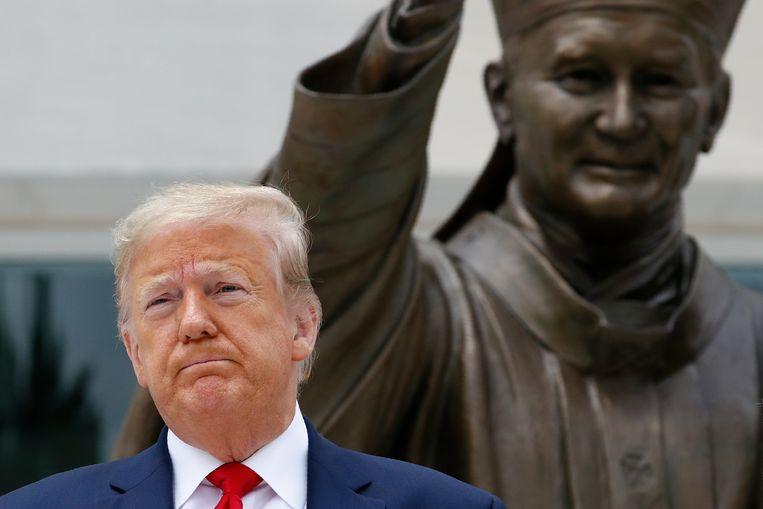 Trump noemt de plunderaars consequent links-radicaal en antifa, om zo de Afro-Amerikanen uit de wind te houden, van wie hij stemmen hoopt te winnen. Beeld AP
