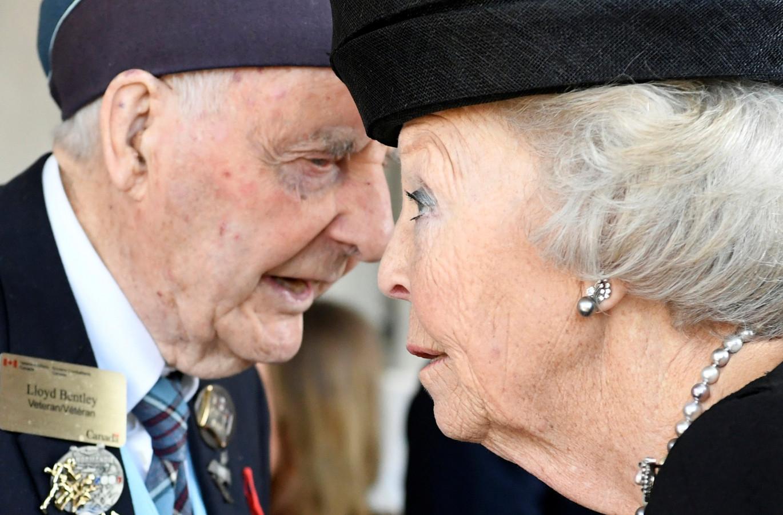 Prinses Beatrix praat met een veteraan in Ede