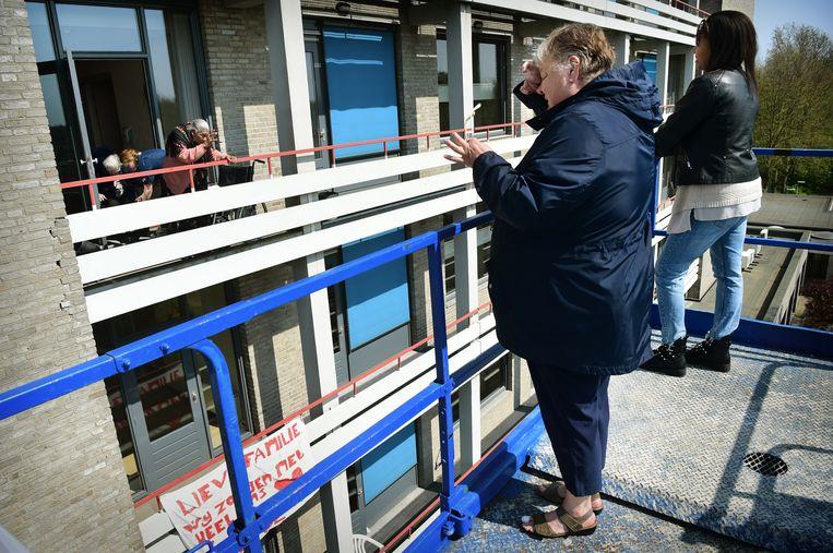 Ouderen van verpleeghuis en verzorgingshuis Van Neynsel worden verrast door bezoek dat een dag gebruik kan maken van een hoogwerker.  Beeld Marcel van den Bergh / de Volkskrant