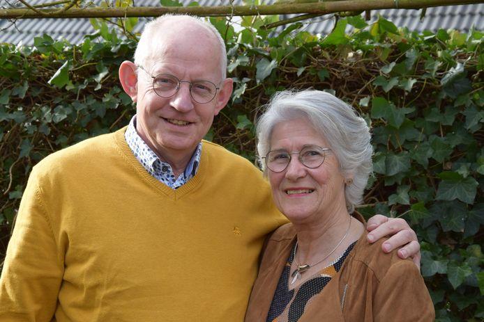 """Hans en Eef van der Jagt blijven na het afscheid in Dalfsen wonen. ,,We hebben het in de gemeente altijd goed gehad en in Dalfsen is het goed wonen."""" De scheidend predikant houdt van fotografie en wandelt graag met Eef."""
