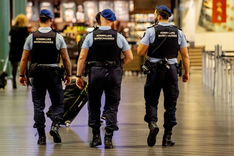De Koninklijke Marechaussee op de Nederlandse luchthaven Schiphol.