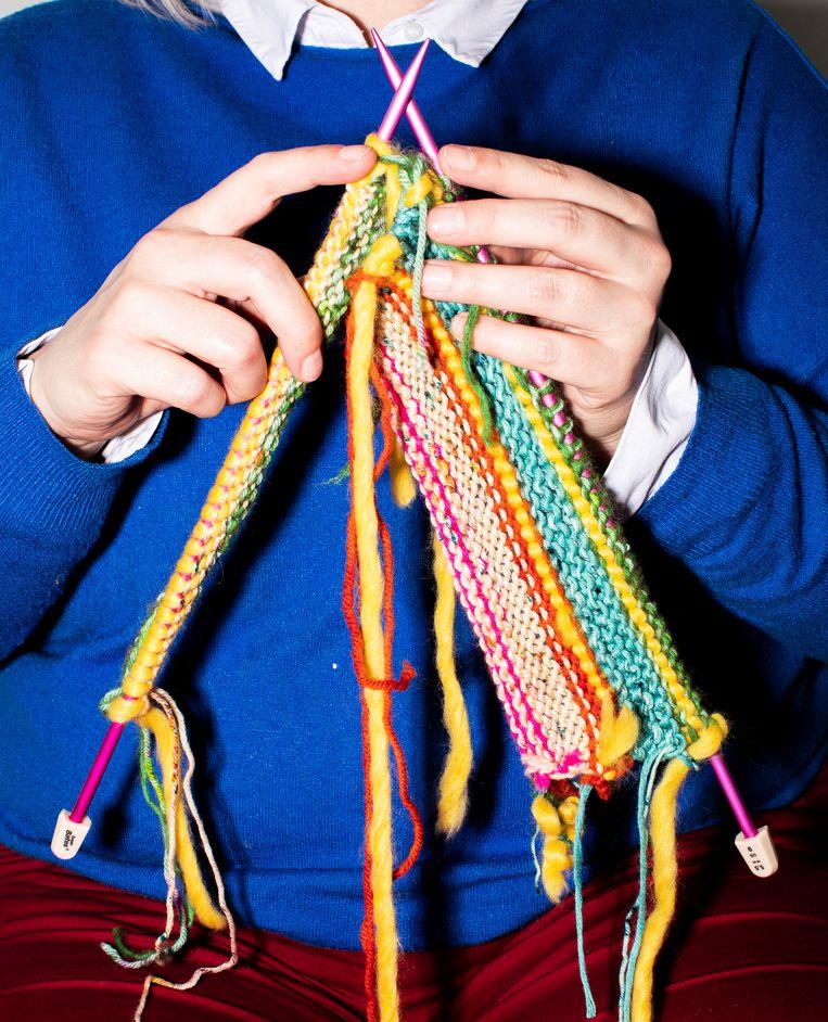 Volgens Loretta Napoleoni werkt niets zo helend als  breien.  Beeld Breiwerk: Neel & Minne, Foto: Hilde Harshagen