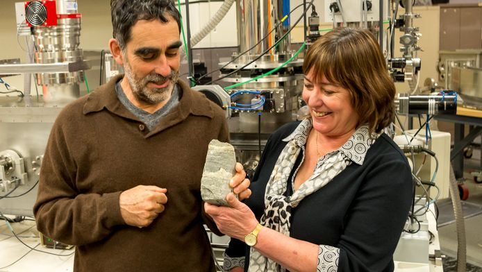 Allen Nutman van de universiteit van Woollongong en Vickie Bennet van de nationale universiteit van Australië tonen hun ontdekking
