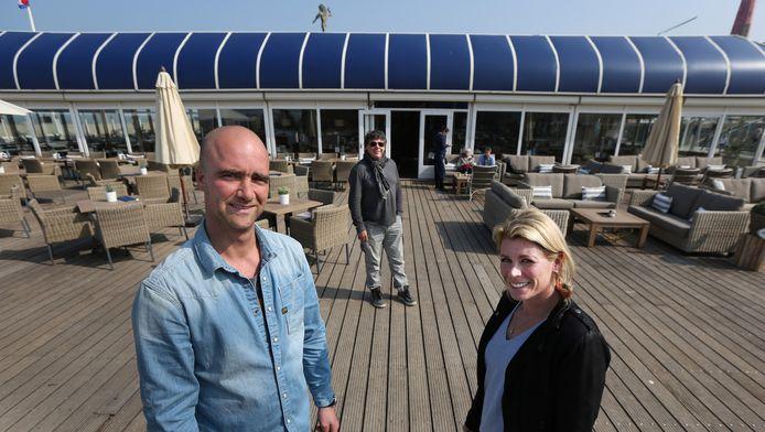 Steve Willeijns en Kim Ludovici van De Waterreus. In het midden Peter Ludovic, een van de bekendste gezichten van het Scheveningse strand.