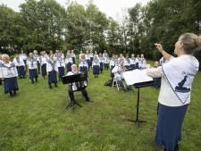 Corona krijgt dit koor uit Almelo niet kapot: eindelijk zingen ze weer