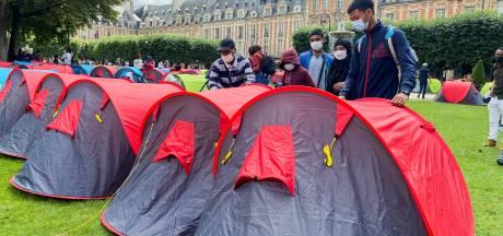 À Paris, 700 sans-abri s'installent sur la chic place des Vosges