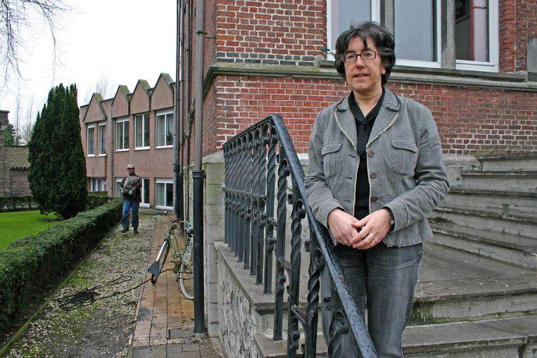 Annick Willems, in haar jaren als burgemeester, op de trappen van het gemeentehuis van Sint-Laureins.