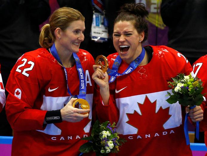 Hayley Wickenheiser (l) en Natalie Spooner vieren hun gouden medaille bij de Winterspelen van 2014.