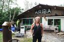 Rino Driessen voor het honk van Stichting Ariba dat achter de huurwoning aan de Woestenbergseweg staat, waarin hij woont.