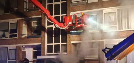 Brandweer haalt mensen met hoogwerker van balkon bij flatbrand in Culemborg