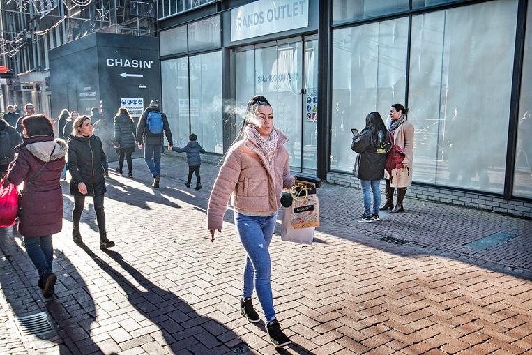 Het is altijd druk op de Kalverstraat, maar dat wil niet zeggen dat het commercieel goed gaat met de winkels. Beeld Guus Dubbelman / de Volkskrant