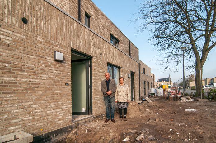 De woningen in de Rozenlaan zijn al gerenoveerd en worden nu ook nog negen ouderenwoningen gebouwd. Dit najaar start de heraanleg van de straat en de pleintjes.