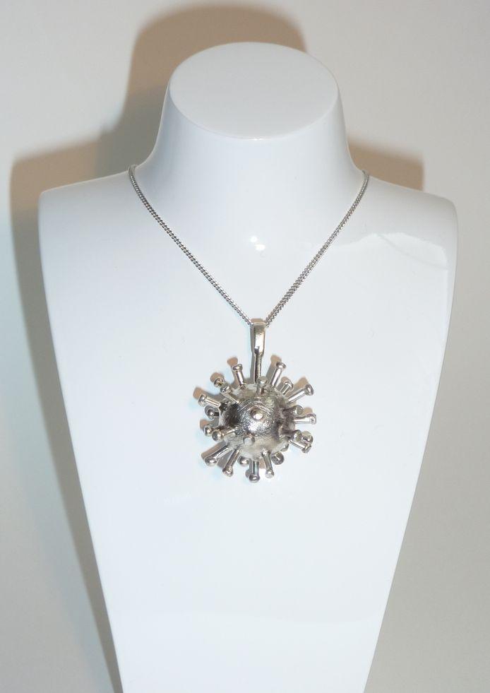 Het coronajuweel is een hanger voor een halsketting.