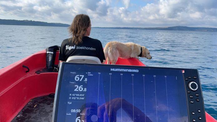 Op het meer van Bracciano zoekt de speurhond van Signi Zoekhonden naar een spoor van Samuël Boujadi uit Bunschoten