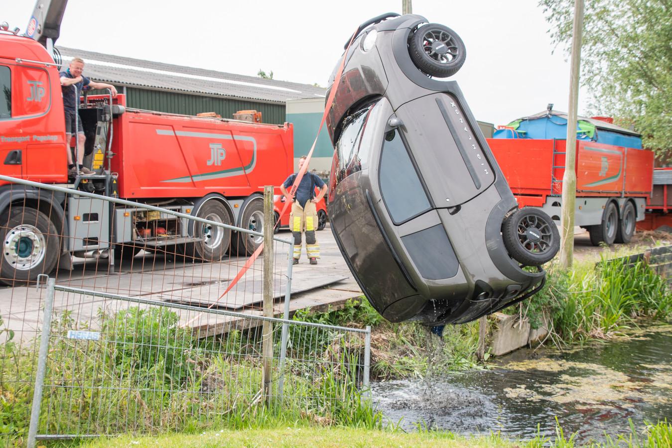 Een 45 km auto met een oudere dame achter het stuur raakte vrijdagmiddag te water in Papekop. Ze werd gered door Alfons van Dam (33) en Dirk Jan van der Hee (31).