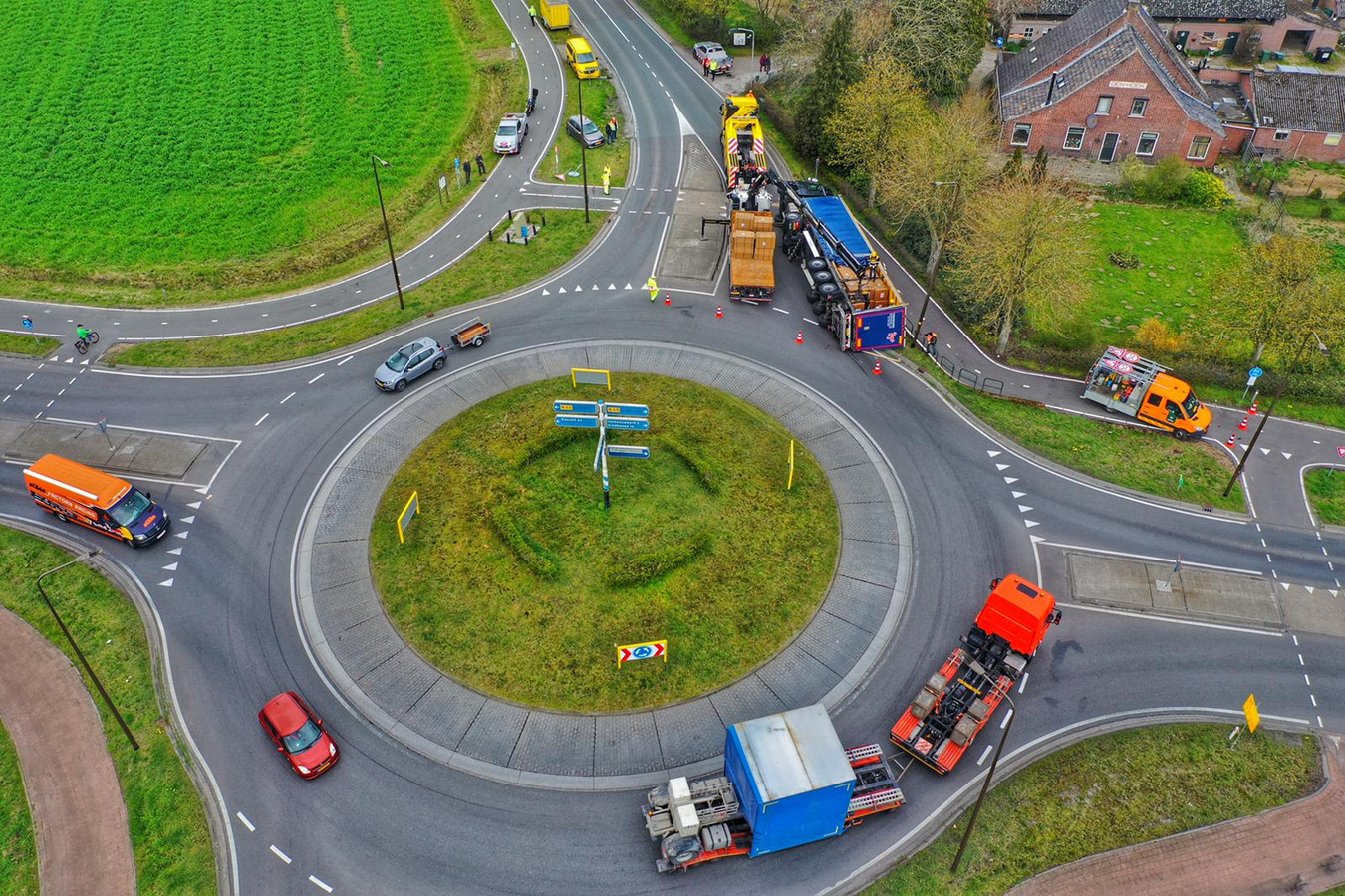 Gekantelde vrachtwagen in Valkenswaard