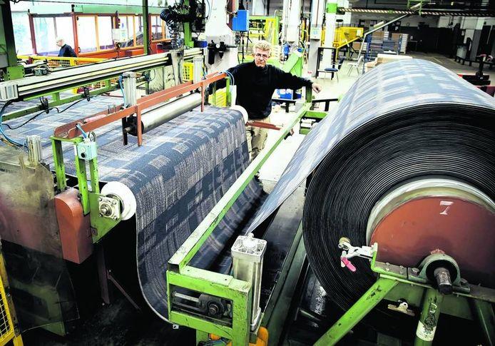 De productie van tapijttegels in de Desso-fabriek in Waalwijk. foto Frank Trommelen