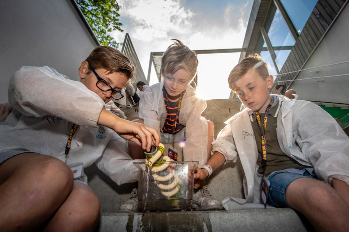 20180712 - Thomas, Oliver en Joep voeren een proef uit met een systeem volgens de 'schroef van Archimedes', ook wel de waterschroef genoemd, wat water opwaarts transporteert.