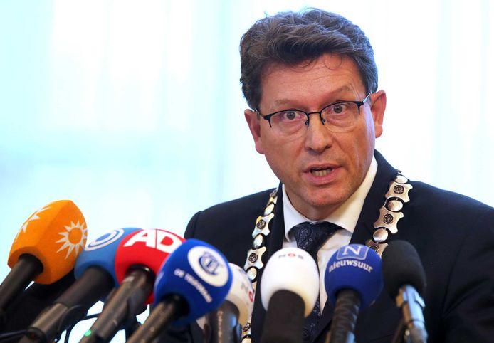 Burgemeester Roger de Groot tijdens een persconferentie over het aangetroffen gezin in een boerderij in Ruinerwold.
