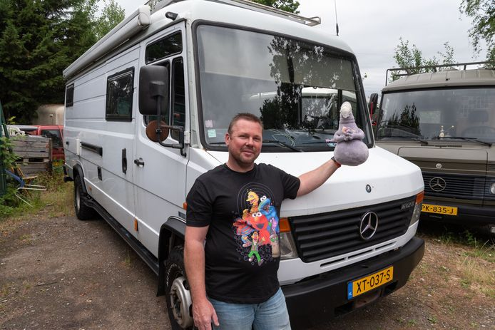 De camper heeft een mascotte: een knuffel van Homunculus Loxodontus, naar een beeld van de Nederlandse kunstenares Margriet van Breevoort. ,,Die heeft voor mij een speciale betekenis.''