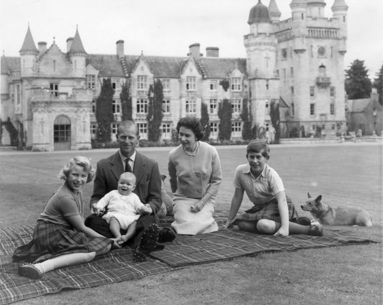 9th September 1960:  Queen Elizabeth II and Prince Philip, Duke of Edinburgh with their children, Prince Andrew (centre), Princess Anne (left) and Charles, Prince of Wales sitting on a picnic rug outside Balmoral Castle in Scotland. Queen Victoria's husband, Prince Albert, purchased Balmoral Castle in 1846, and the small castle which stood in the 7,000 hectare wooded estate was redeveloped in the 1850s.The granite building was designed by Aberdeen architect William Smith with suggestions from Albert himself, who decided the interior decoration should represent a Highland shooting box with tartan or thistle chintzes, and walls decorated with trophies and weapons. Queen Victoria often visited the Highlands with her family, especially after Albertfs death in 1861, and Balmoral is still a popular retreat for the present royal family.  (Photo by Keystone/Getty Images) Beeld Getty Images
