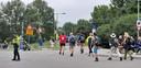 50-kilometerwandelaars draaien rond 09.00 uur vanaf de Brinksedijk/Kronenburgdijk in Arnhem de Huissensedijk op.
