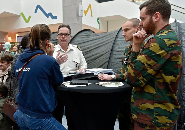 Defensie rekruteert in Wijnegem shopping centrum.