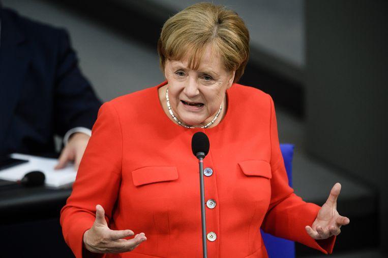 Niet vanachter het verhoogde spreekgestoelte, maar vanaf haar eigen stoel pareerde Angela Merkel alle aanvallen tijdens het eerste vragenuurtje. Beeld EPA