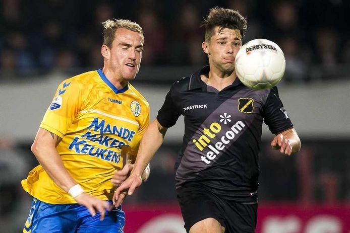 2013-11-01 WAALWIJK - RKC Waalwijk speler Aurelien Joachim (L) in duel met Sepp de Roover van NAC Breda. ANP PRO SHOTS