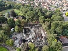 Verwoesting van Bowlingboerderij in Nijverdal dag na brand goed te zien, vuur laait kortstondig weer op
