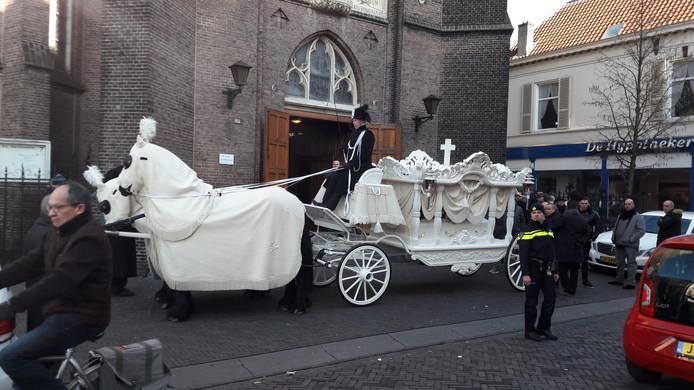 De overleden violist werd in een witte koets naar de dienst gebracht.
