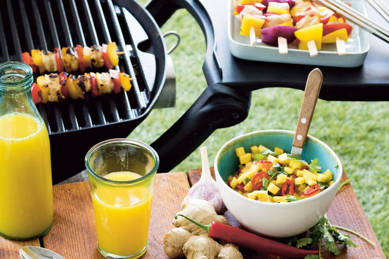 Regenboog-groentespiezen van de barbecue.