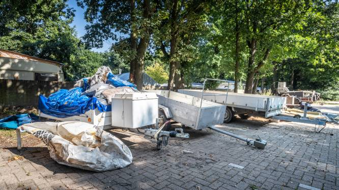 Gedumpt afval bij woonwagenkamp in Asten is hardnekkig probleem: pas helft van aanhangwagens weg