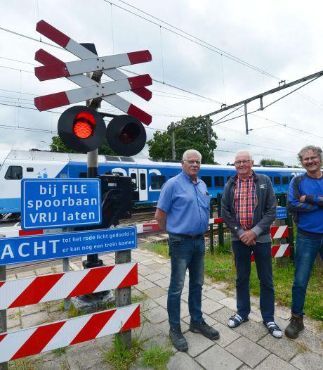 Overlast blijft bij spoorwegovergang Wierden: gemeente doet er niks tegen