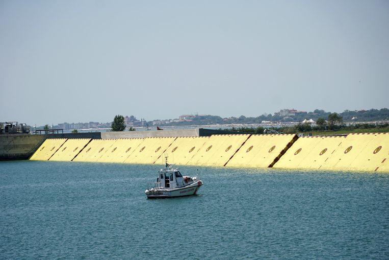 De sluisdeuren van project Mose, een peperdure stormvloedkering die Venetië moet helpen de strijd tegen het water te winnen. Beeld EPA