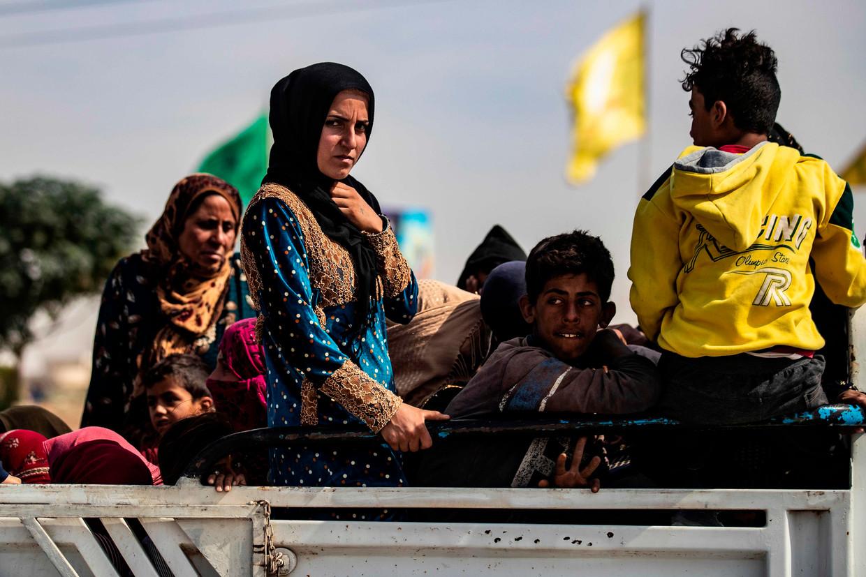 Koerdische vrouwen en kinderen vluchten tijdens een aanval van het Turkse leger op de stad Tal Tamr in het noordoosten van Syrië.   Beeld AFP