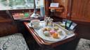 De high tea die aan het einde van de middag in de coupé geserveerd wordt.