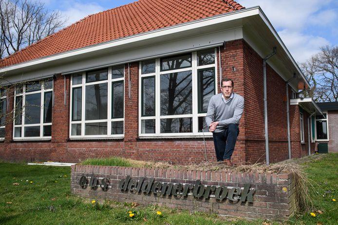Voorzitter Bart van Groningen van buurtschapvereniging Esbrook voor de gesloten basisschool in Deldenerbroek.