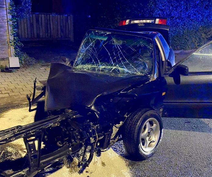 De verhakkelde auto van de aanrijder strandde in het midden van de weg, na de nachtelijke aanrijding langs de Dikkebusseweg in de Ieperse deelgemeente Dikkebus.