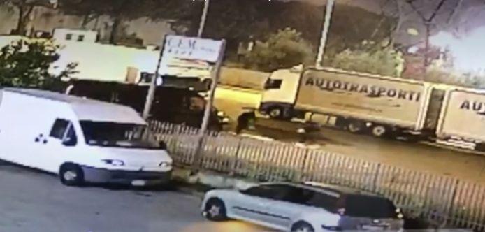 Oktober 2019, Via Arcangelo Ghisleri in Prato: twee mannen trekken een benzinespoor naar de vrachtwagen waarin Jos Lambregts en zijn collega liggen te slapen.