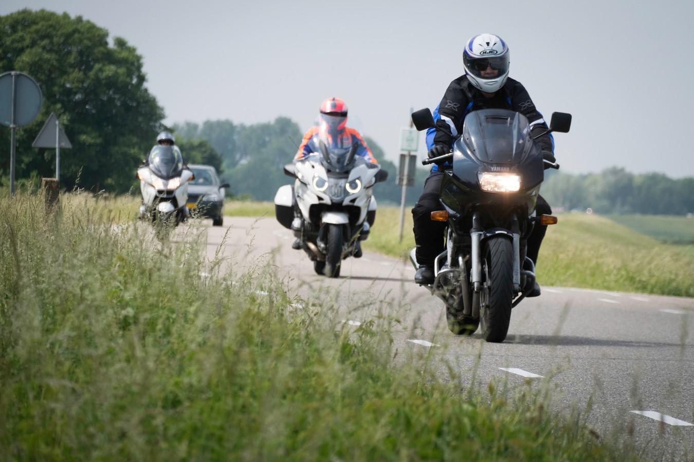 Motorrijders op de dijk